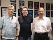 El prestigiado compositor Jorge Luis Piloto  en su visita a las oficinas de MAMP,  flanqueado por Alvaro Farfan y Máximo aguirre