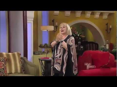 "Cristina Salaregui Da ""Patadita de la Buena Suerte"" a Elias Medina"
