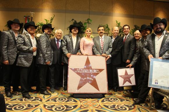 Los Rieleros con su estrella y la  proclama